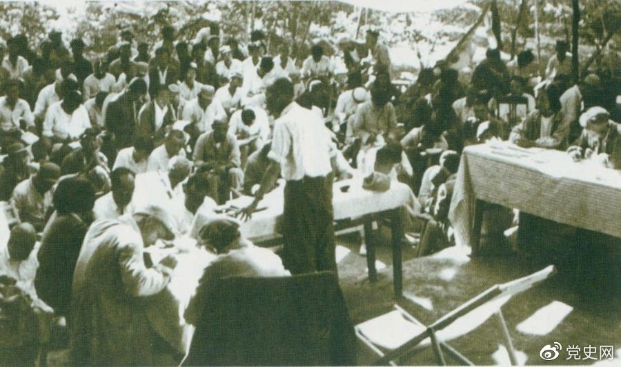 1947年7月17日至9月13日,全国土地会议在河北西柏坡召开。刘少奇主持会议并在会上作报告。
