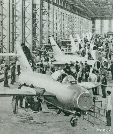 1956年7月19日,国产第一架喷气式战斗机在沈阳首次试飞成功,标志着中国具备了独立研制空军武器装备的能力。图为国产第一批喷气式飞机即将出厂。