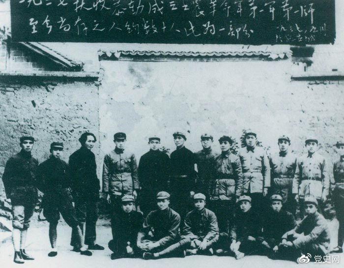 1927年9月9日,以毛泽东为书记的中共湖南省委前敌委员会,领导工农革命军第一师发动湘赣边界秋收起义。图为毛泽东在延安和当年参加秋收起义的部分同志合影。