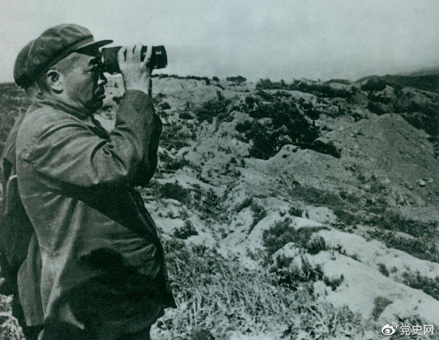 1950年10月8日,毛泽东任命彭德怀为志愿军司令员兼政治委员。图为彭德怀在朝鲜前线。
